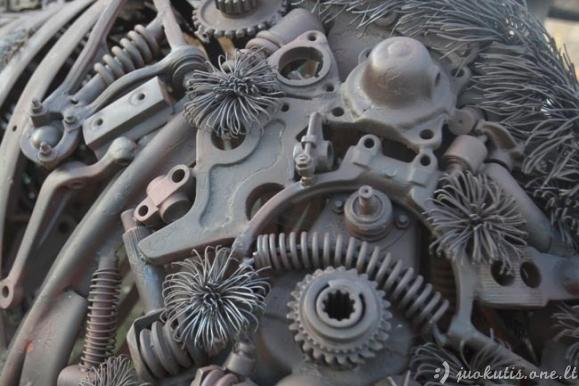 Stumbro skulptūra iš automobilio detalių
