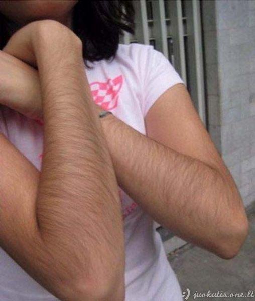 Merginos su plaukuotom rankom