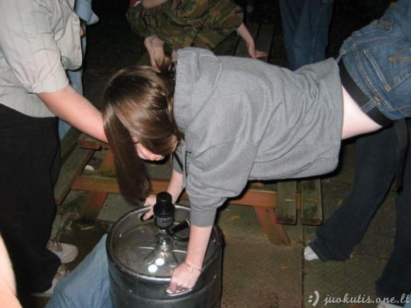 Įdomus būdas gerti alų