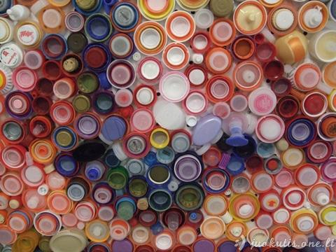 Autoportretas iš plastikinių kamštelių