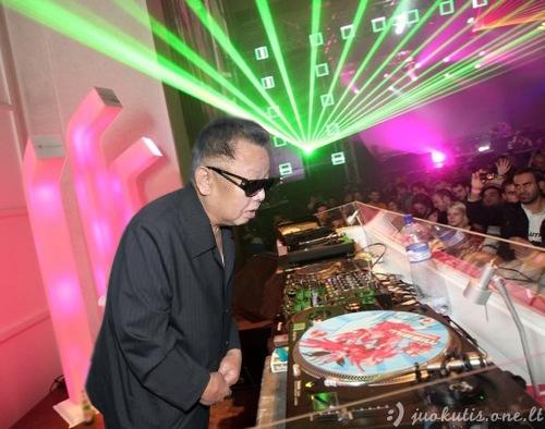 Kim Chen Ir klubinasi su garsiausiais didžėjais