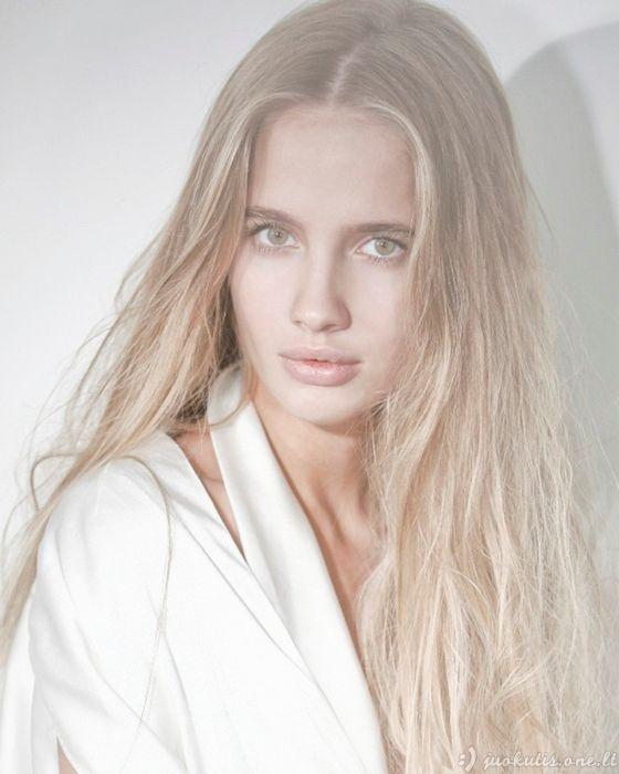 Nuostabių plaukų modelė