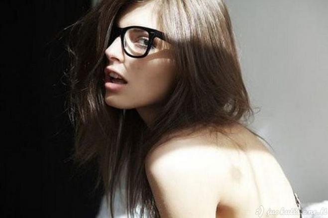 Gražuolės su akiniais