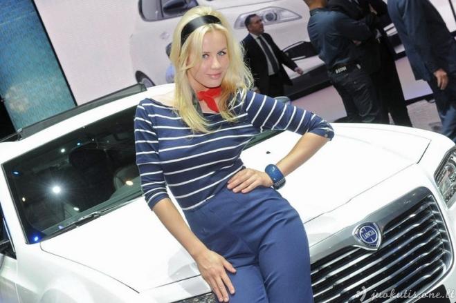 Merginos iš autosalono Ženevoje