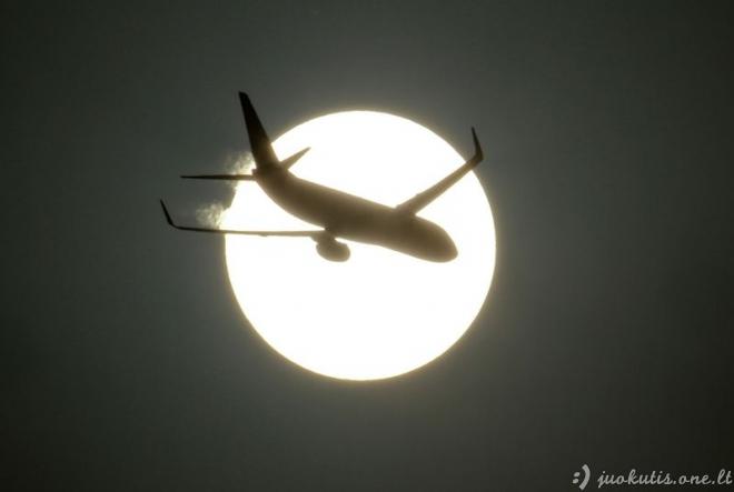 Lėktuvai mėnulio fone