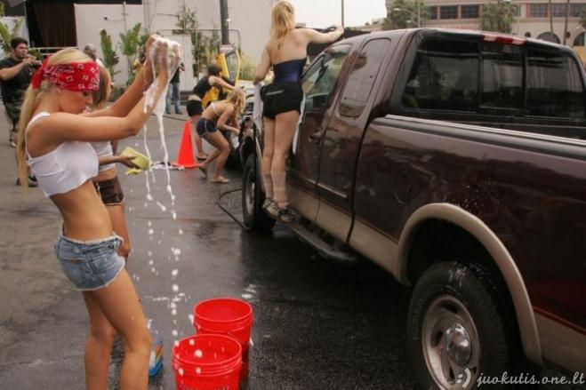 Merginos plauna automobilį