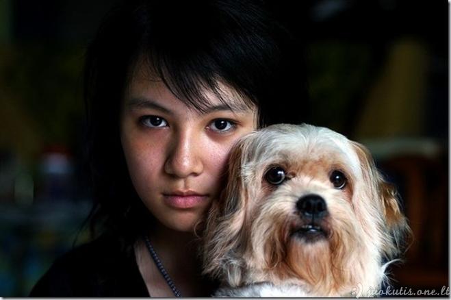 Mergaitė ir jos šuo po 10 metų