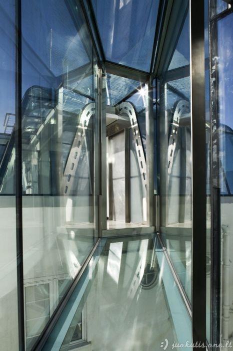 Butas su sienomis iš stiklo