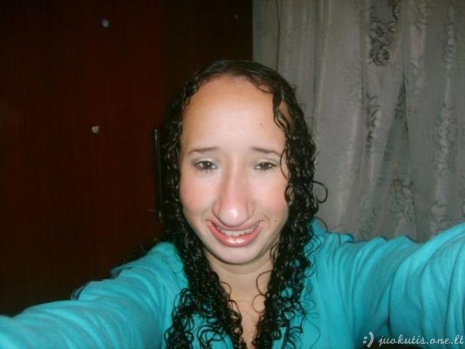 Mergaitė turi labai keistą veidą