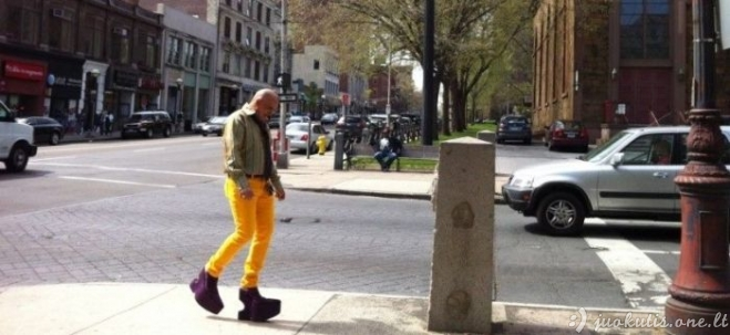 Vyras mėgsta keistus batus