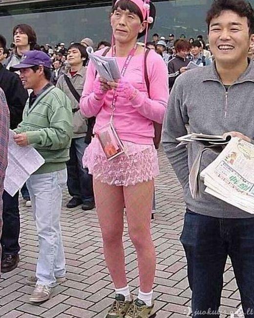 Žmonės keistais drabužiais