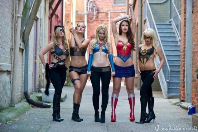 Super merginų kūno tapyba