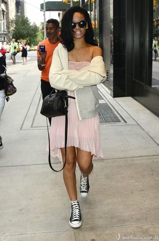 Rihanna parodė savo ( о )( о )