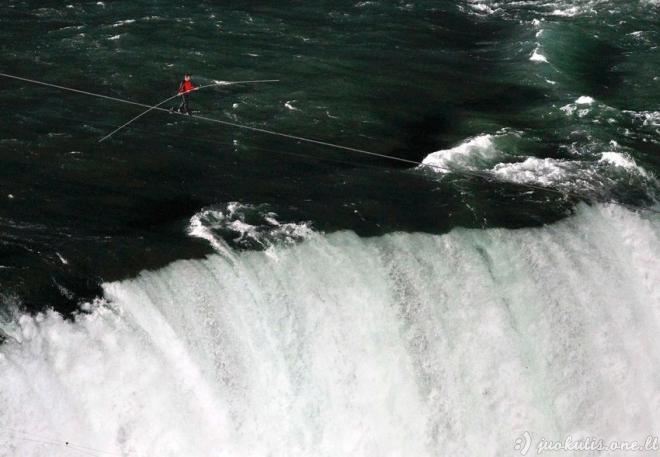 Lyno akrobatas Nik Wallenda perėjo per Niagaros krioklį