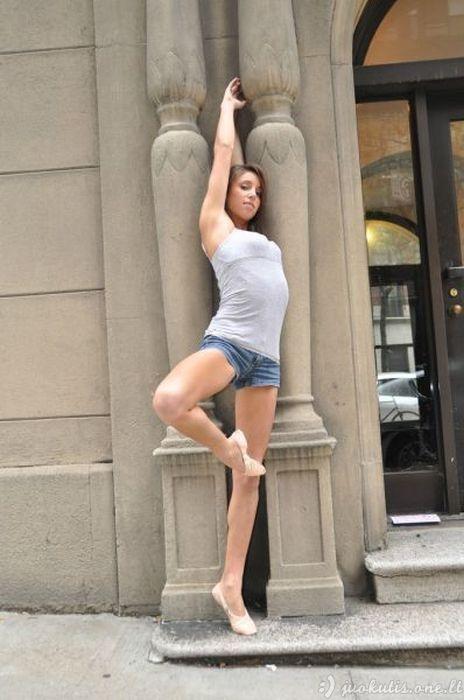 Mergina demonstruoja savo talentą
