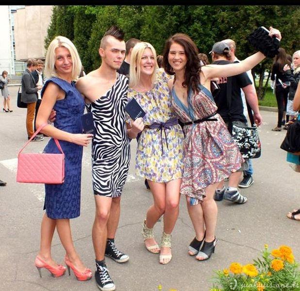 Atsiimti diplomo vaikinas atėjo su suknele