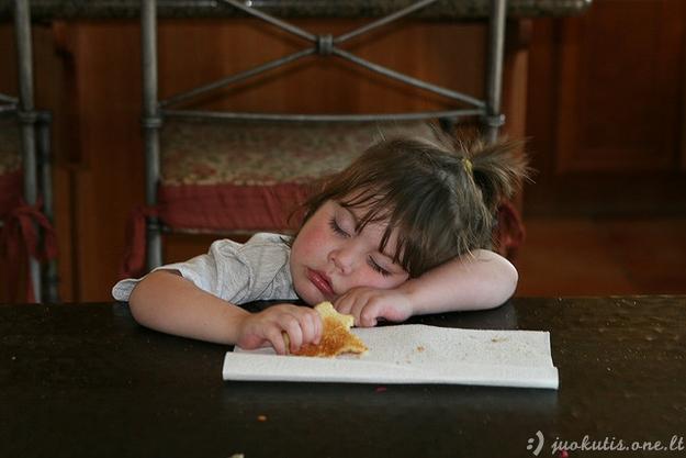 Vaikai užmigo valgydami