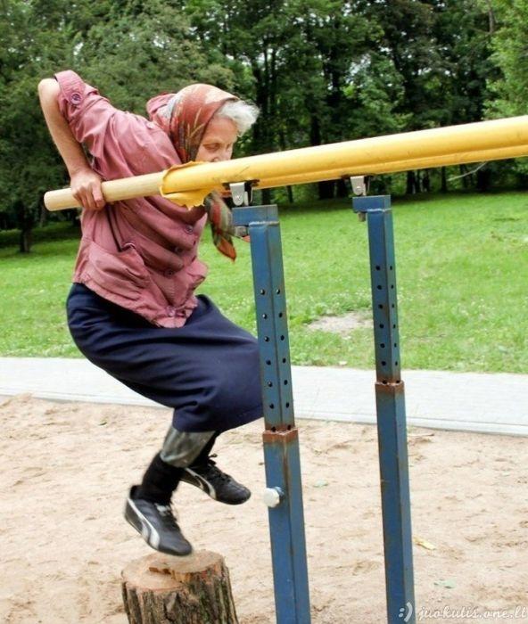 Super močiutė kasdien sportuoja lauke