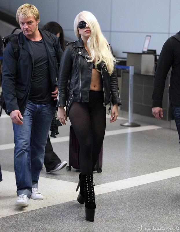 Lady Gaga pamiršo užsidėti sijoną