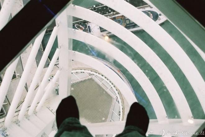 Bauginančios grindys iš stiklo