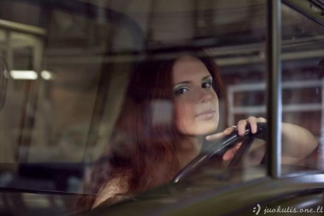 Gražios merginos ir retro automobiliai
