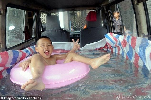 Kinai gelbėjasi nuo karščio