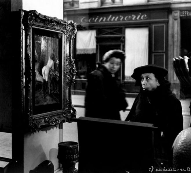 Paryžiečius šokiravo nuoga moteris