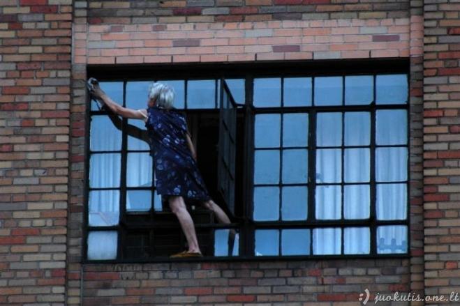Ekstremali močiutė už langų švarumą