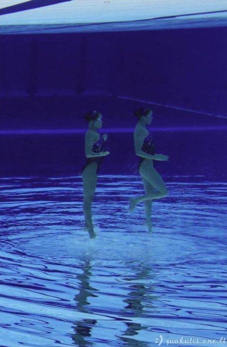 Kaip sinchroninis plaukimas atrodo po vandeniu