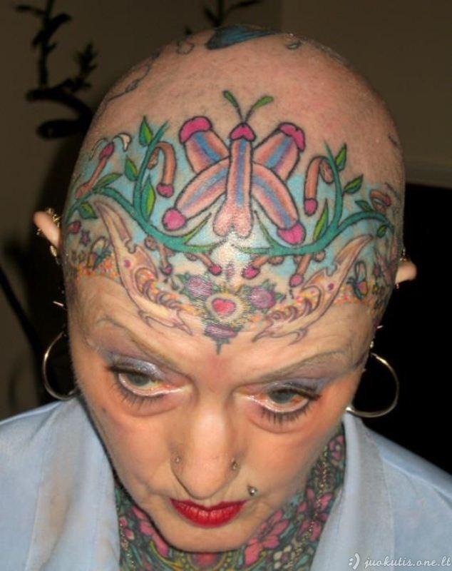 Labai tatuiruota močiutė
