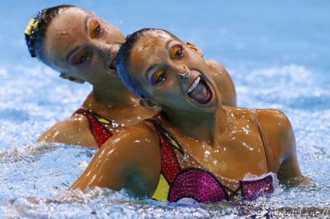 Juokingi plaukikių veidai