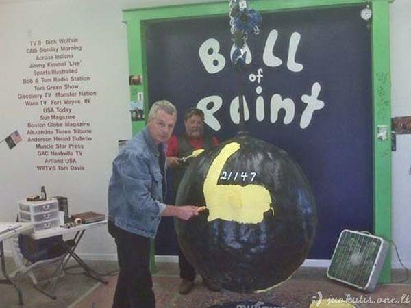 Didelis dažų kamuolys