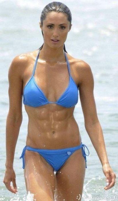 Merginos turi gražų pilvo presą