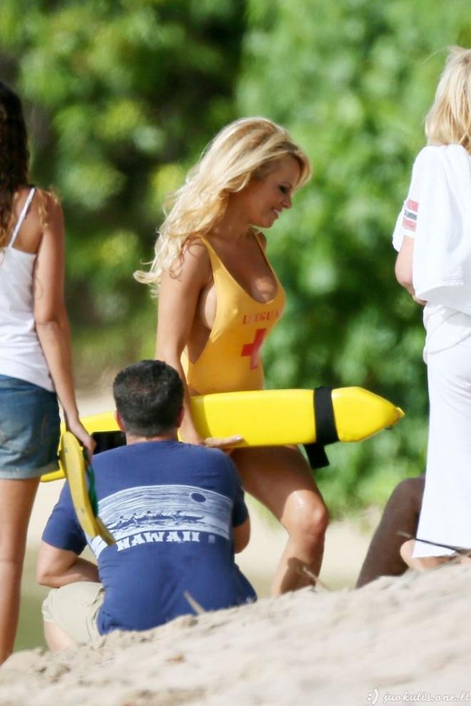Pamela Anderson su gelbėtojos kostiumėliu