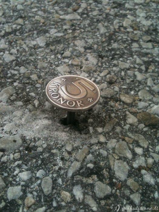 Nesenstantis prikolas su moneta