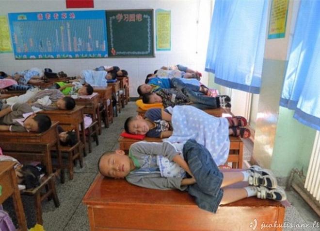 Kinų vaikai miega mokykloke