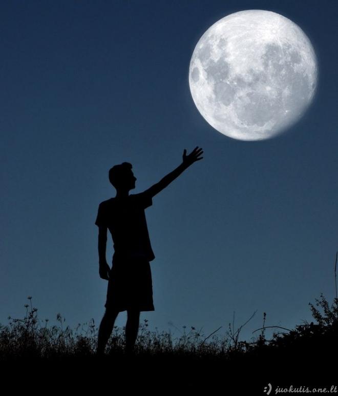 Žaismingos nuotraukos su mėnuliu