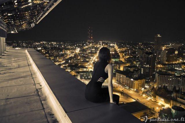 Mergina visai nebijanti aukščio