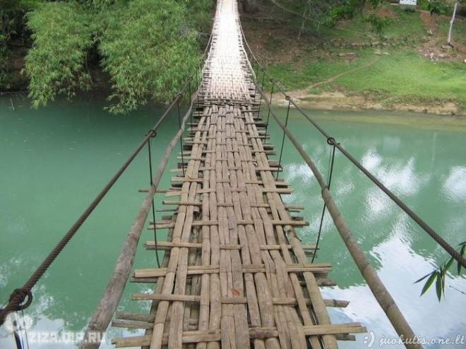 Pavojingai atrodantys kabantys tiltai