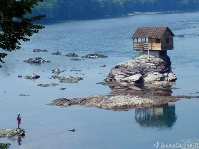 Vienišas nameliukas vidury upės
