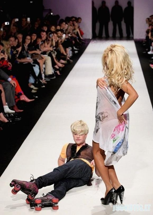 Pamela Anderson ir bičelis su rolikais