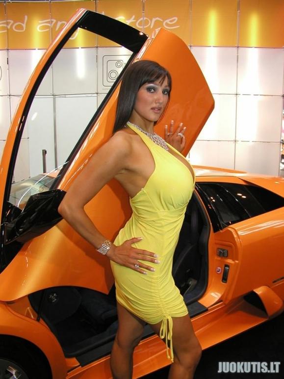 Prie mašinos apdovanota moteris