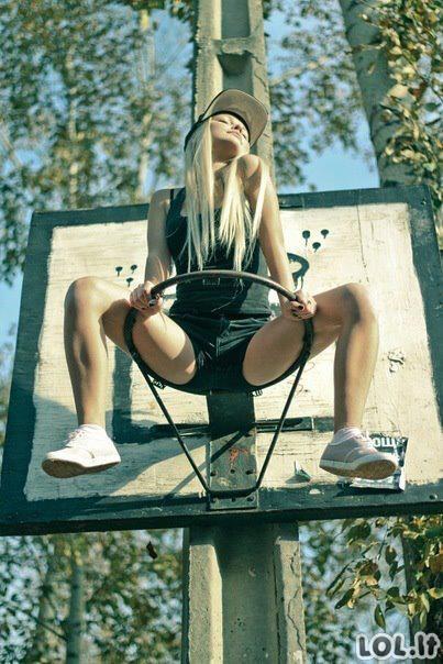 Viliotinis ant krepšinio lanko