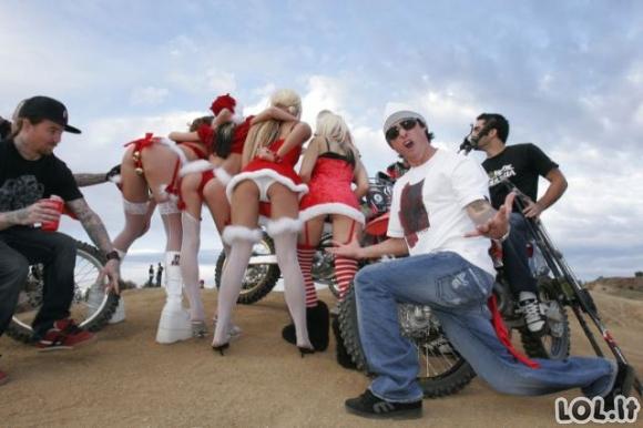 Girtų merginų Kalėdinės linksmybės