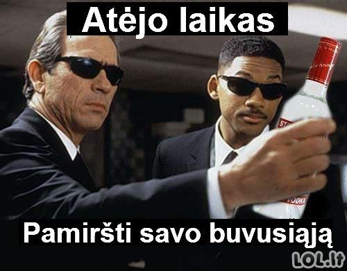 Lietuviški žmonės juodais drabužiais