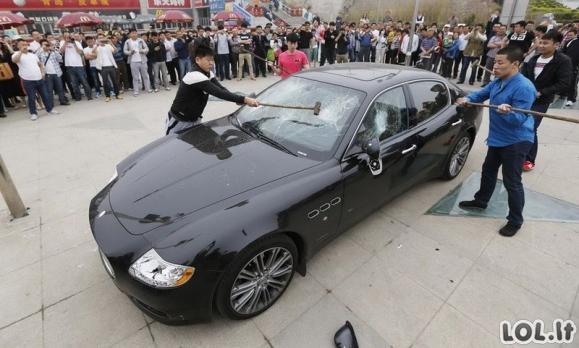 Savininkas tyčia sudaužo savo Maserati