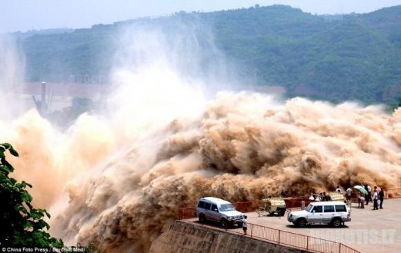 Kinai valo upę sprogimais