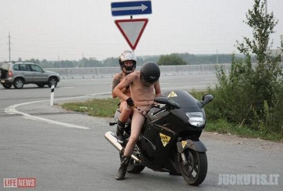 Nuogi ant Moto