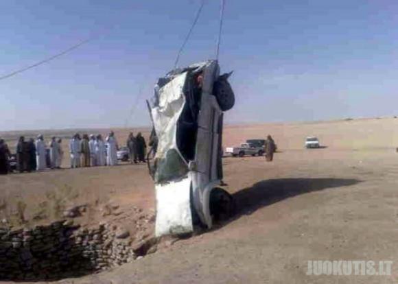 Džipo vairuotojai nepastebėjo šulinio