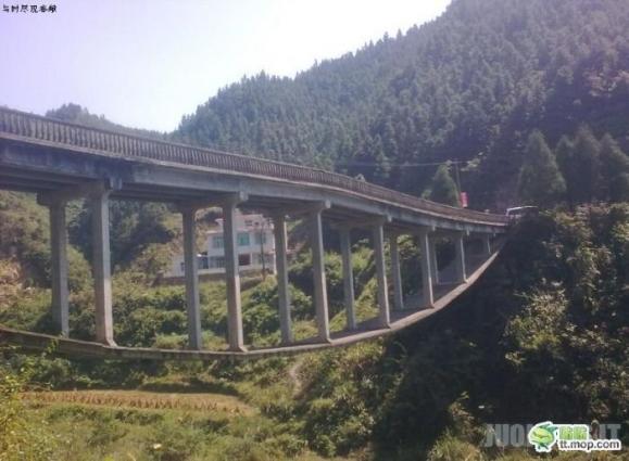 Kiniečiai išbando naują būdą kaip pastatyti tiltą